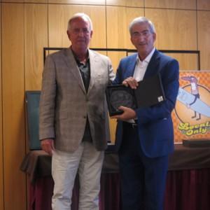 El Presidente de SIEC recibiendo la placa de reconocimiento 2