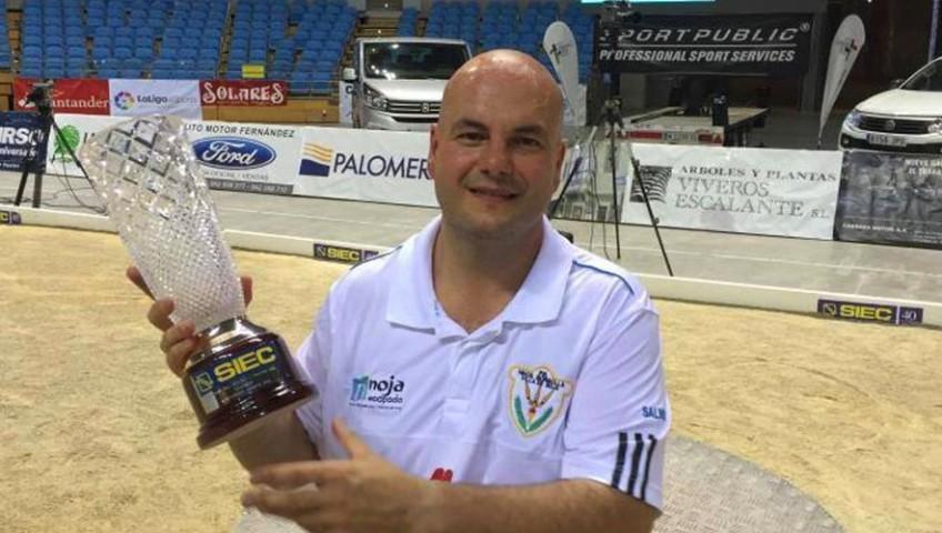 Jesús Salmón posando con el trofeo patrocinado por SIEC